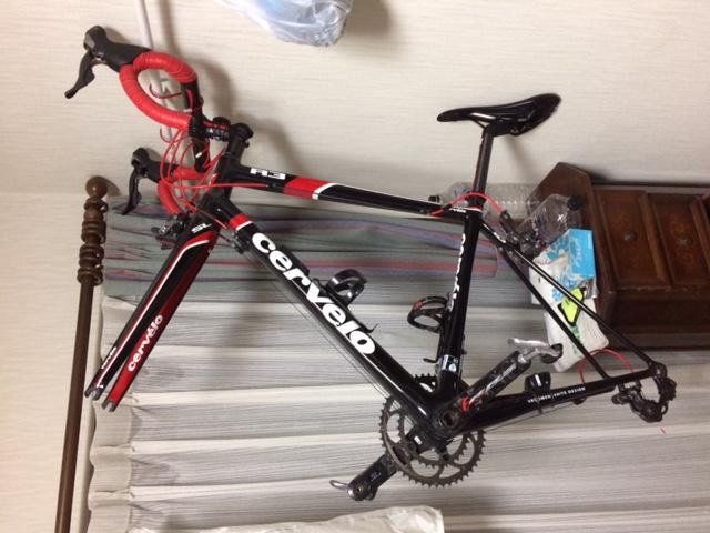 部屋の壁掛け自転車スタンド